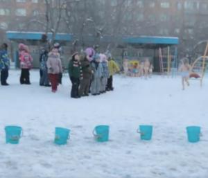 Jedna věc je jistá. Sibiřské děti vědí jak si užít zimu.